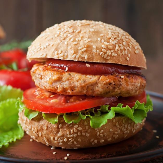 Sandwich Avec Burger Au Poulet, Tomates Et Laitue Photo gratuit
