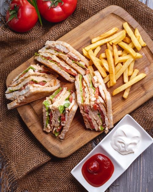 Sandwich Club Vue De Dessus Avec Ketchup De Frites Avec Mayonnaise Et Tomates Photo gratuit