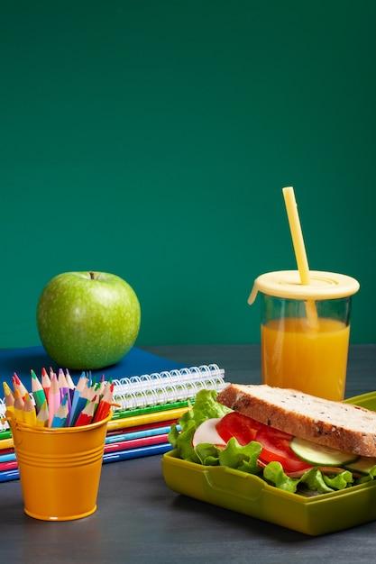 Sandwich frais et pomme pour un repas sain dans la boîte à lunch en plastique Photo Premium