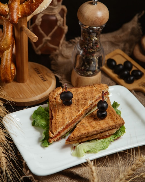 Sandwich garni d'olives Photo gratuit