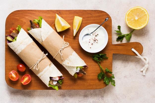 Sandwich Kebab Arabe Et Moitié Citron Photo gratuit