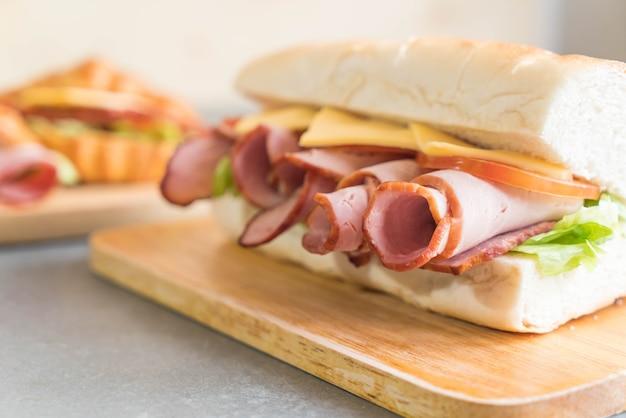 Sandwich sous-marin à jambon et salade Photo gratuit