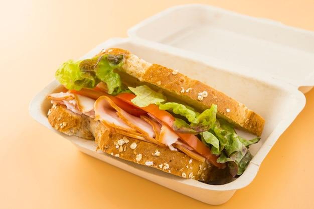 Sandwich De Tomate, Laitue Et Dinde Fumée Photo Premium