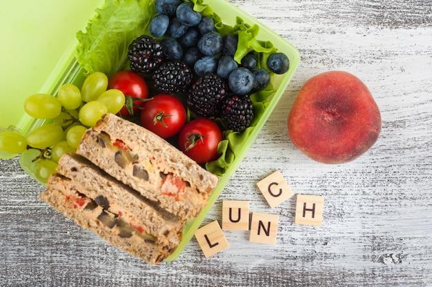 Sandwich végétarien et baies Photo Premium