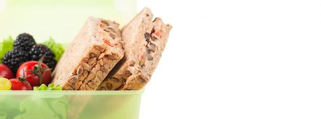 Sandwich végétarien et fruits Photo Premium