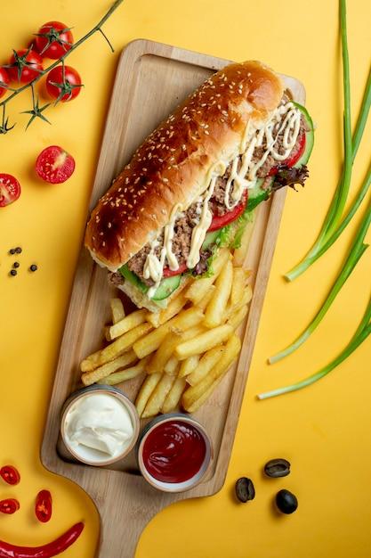 Sandwich avec viande hachée et frites Photo gratuit