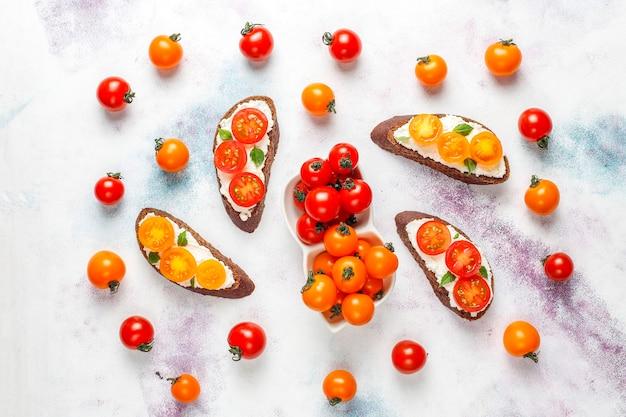 Sandwiches Au Fromage Cottage, Tomates Cerises Et Basilic. Photo gratuit