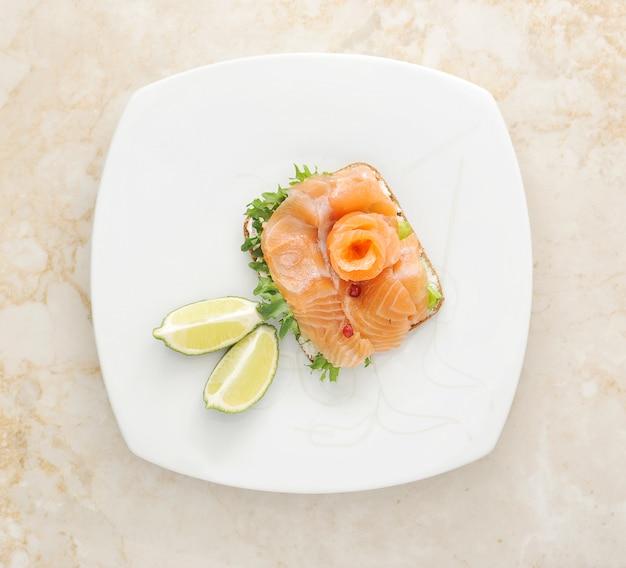 Sandwiches de saumon aux feuilles de salade Photo Premium