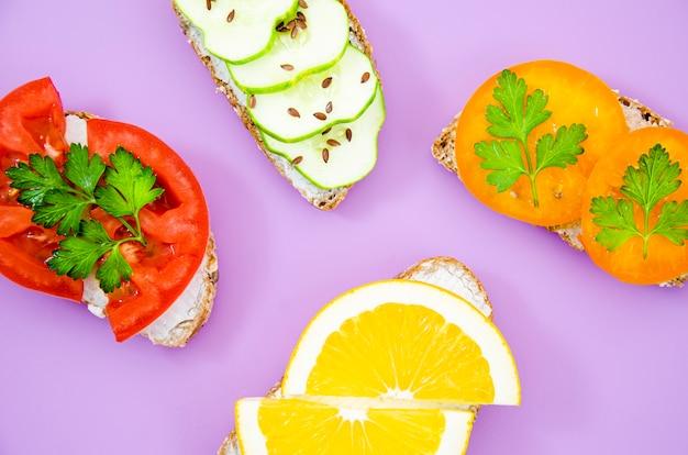 Sandwiches végétariens aux fruits et légumes Photo gratuit