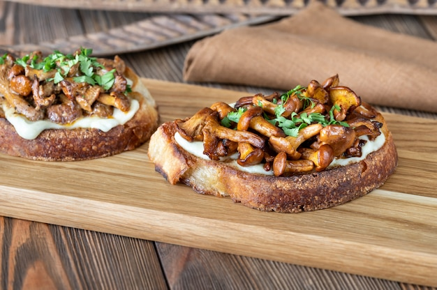 Sandwichs Au Fromage Et Chanterelles Frites Photo Premium