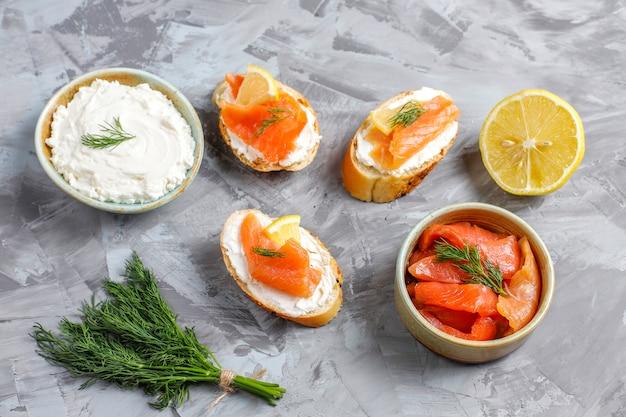 Sandwichs Au Saumon Fumé, Fromage à La Crème Et Aneth. Photo gratuit