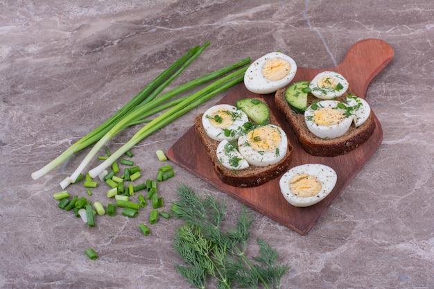 Sandwichs Aux œufs Durs Sur Une Planche De Bois. Photo gratuit