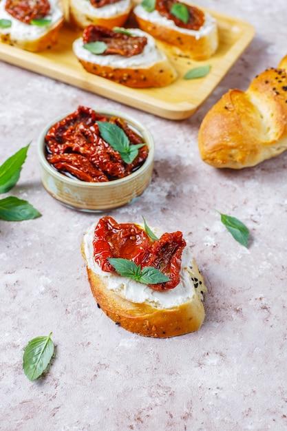 Sandwichs Italiens - Bruschetta Au Fromage, Tomates Séchées Et Basilic. Photo gratuit