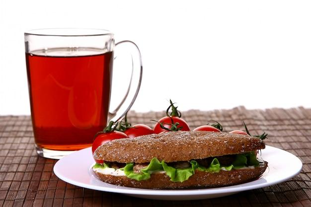 Sanswich frais au thon et légumes et boisson Photo gratuit