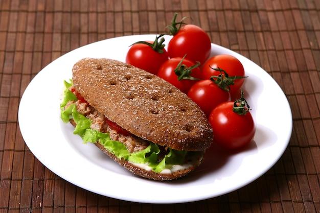 Sanswich frais au thon et légumes Photo gratuit