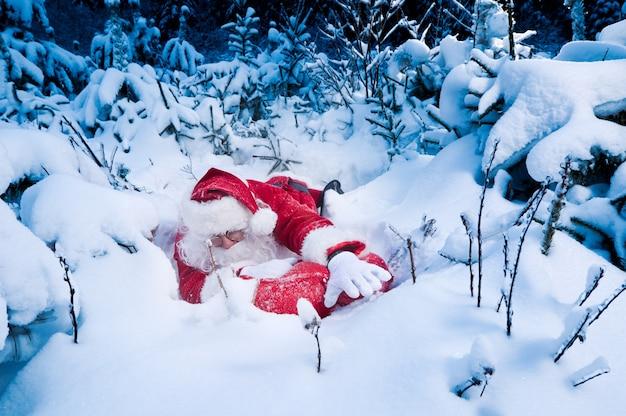 Santa lutte pour offrir des cadeaux Photo gratuit