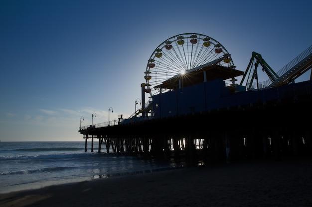 Santa Moica Pier Grande Roue Au Coucher Du Soleil En Californie Photo Premium