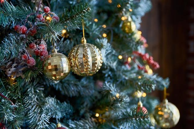 Sapin De Noël Avec Des Boules De Noël Photo Premium