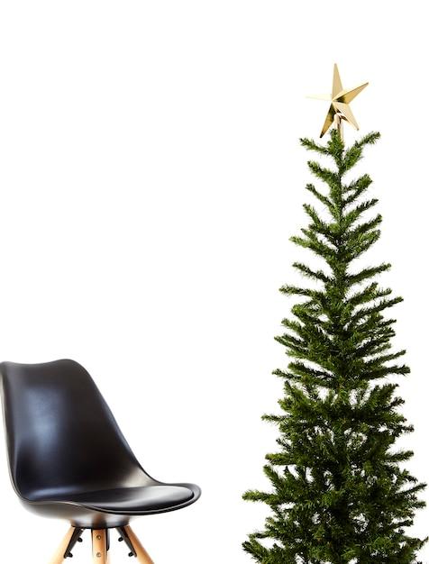 Sapin De Noël Avec Chaise Noire Photo Premium