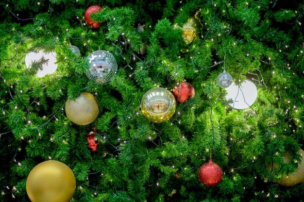 Sapin De Noël Décoré De Boules Colorées Et De Lumières Colorées Photo Premium