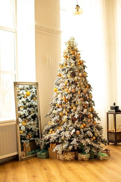 Sapin De Noël Décoré Dans La Chambre. Près De Boîte Différente Avec Des Cadeaux Le Nouvel An Photo Premium
