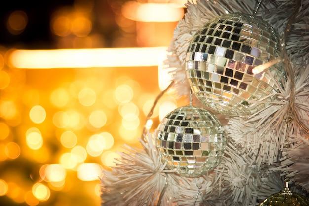 Sapin de noël décoré avec un décor de boule à facettes miroir pour un joyeux noël Photo Premium