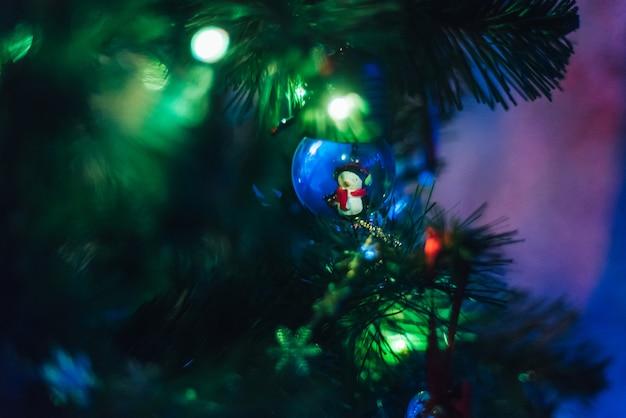 Sapin De Noël Décoré De Guirlandes Et Ballons Photo Premium