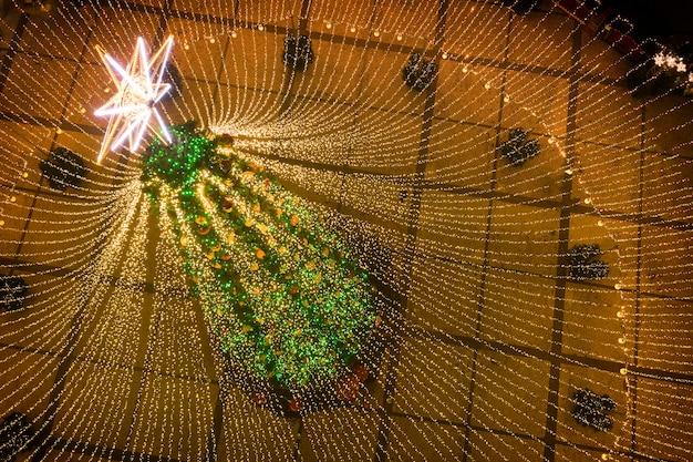 Sapin De Noël. Le Principal Arbre De Noël De L'ukraine Sur La Place Sofiyivska. Vue Depuis Le Drone Photo Premium