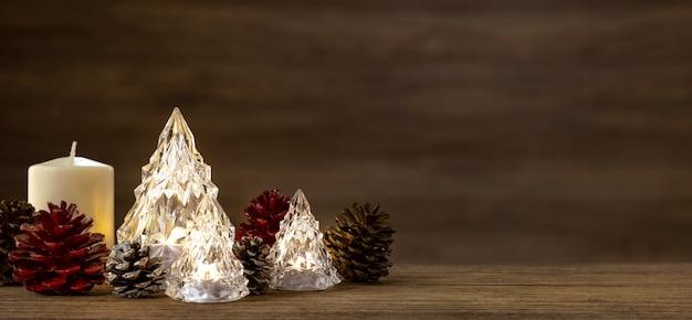 Sapin De Noël En Verre Moderne Avec Lumières Sur Table En Bois Avec Mur Pour Joyeux Chirstmas Et Nouvel An Photo Premium
