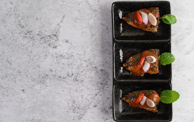 Sardines épicées Dans Un Plateau En Céramique Photo gratuit