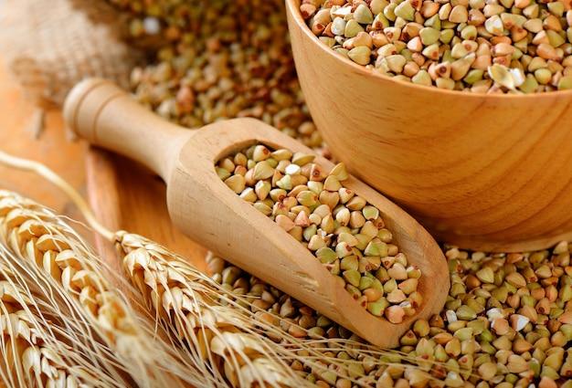 Sarrasin en bois scoop sur table Photo Premium