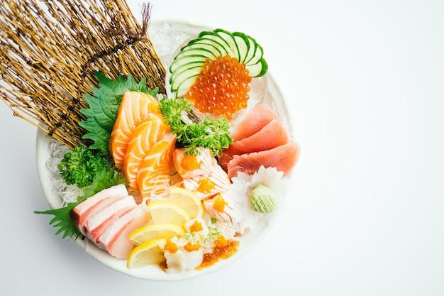 Sashimi cru et frais mélangé au saumon, thon, hamaji et autres Photo gratuit