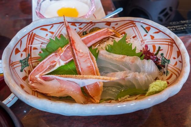 Sashimi japonais traditionnel ou crabe cru et poisson sur une assiette est célèbre et frais et de Photo Premium