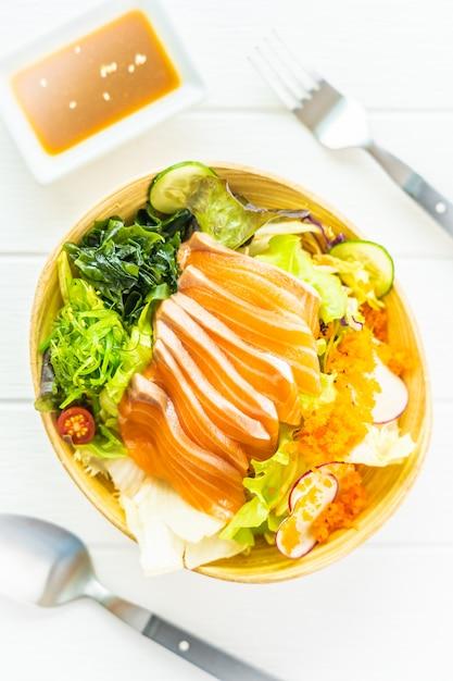 Sashimi de viande de poisson de saumon frais cru aux algues Photo gratuit