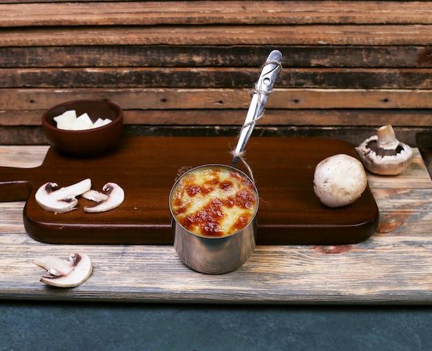 Sauce au fromage aux champignons dans une casserole métallique. Photo gratuit