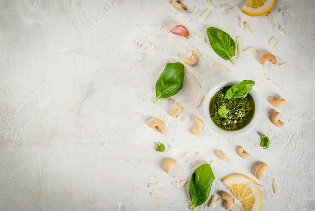 Sauce Au Pesto Avec Des Ingrédients Sur Une Table En Pierre Blanche Photo Premium