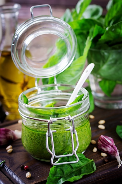 Sauce Au Pesto Maison Basilic Frais, Pignons De Pin Et Ail Sur Une Surface En Bois. Nourriture Italienne. Photo gratuit