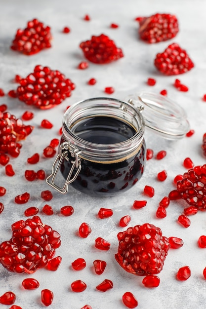 Sauce Ou Sirop De Grenade Douce Pour La Viande Et Le Poisson Appelé Narsharab, Dans Un Bocal En Verre Avec Grenade Purifiée, Mise Au Point Sélective Photo gratuit