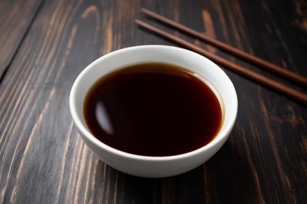 Sauce soja et haricot de soja sur une table en bois. Photo gratuit