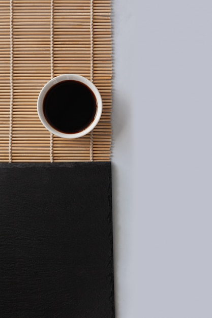 Sauce De Soja Sur Une Serviette En Bambou Photo Premium