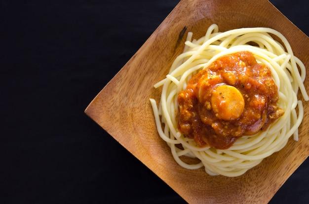 Sauce spaghetti rouge au ton foncé de poulet Photo Premium