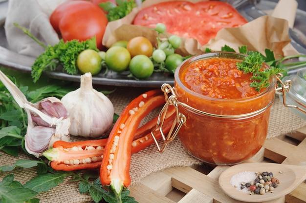 Sauce Tomate Et Ingrédients Pour Sa Cuisson Sur Un Plat En Métal. Photo Premium