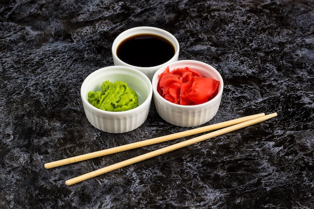 Sauces à sushi serties de baguettes Photo Premium