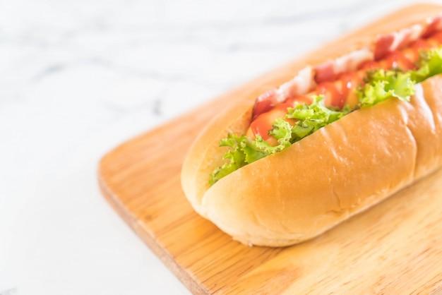 Saucisse hot-dog avec du ketchup Photo Premium