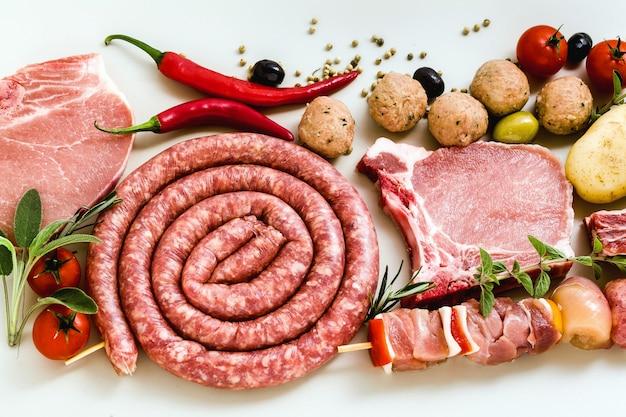 Saucisse Italienne Faite Maison Avec D'autres Viandes, Prête à être Cuite Sur Le Gril. Recette Méditerranéenne Photo Premium