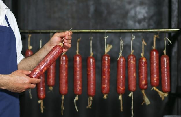 Saucisse Massive Produite Et Suspendue Dans Une Usine Photo gratuit