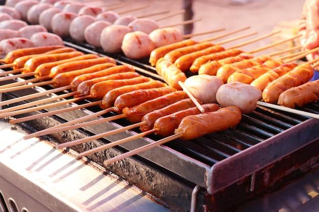 Saucisses barbecue à la nourriture de rue Photo Premium