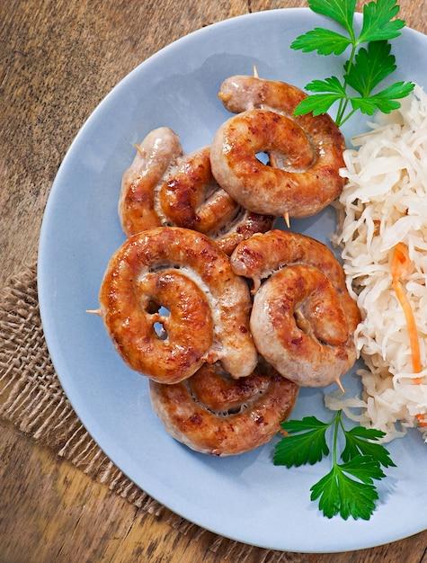 Saucisses Frites Bavaroises Sur Choucroute Photo gratuit