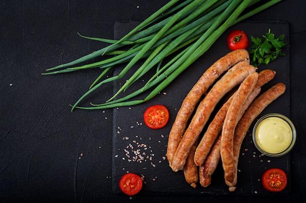 Saucisses Grillées Sur Fond Sombre. Oktoberfest. Mise à Plat. Vue De Dessus Photo gratuit