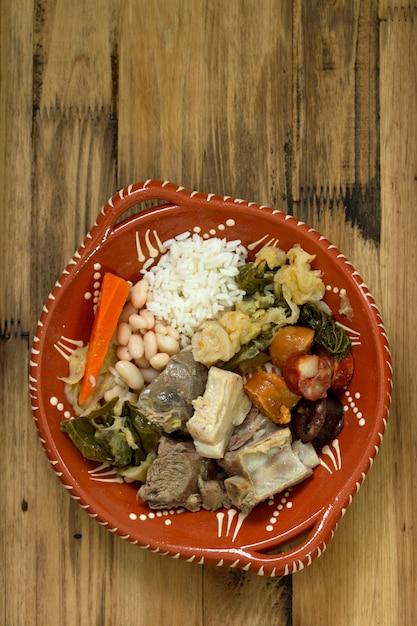 Saucisses portugaises typiques avec du riz et des haricots Photo Premium